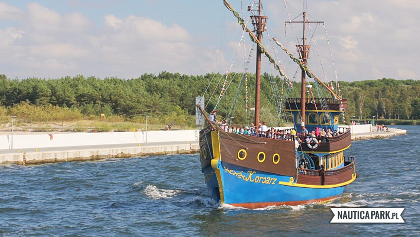 Rejs w morze pirackim statkiem.